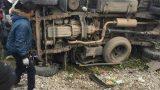 clip: Xe tải cố vượt qua đường ray rồi bị tàu đâm, tài xế kẹt cứng trong cabin