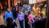 Cử cảnh sát mặc thường phục ngăn chặn hiện tượng tranh cướp ấn đền Trần