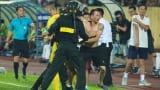 Cảnh sát vào sân bắt 'hooligan' ở trận Nam Định hòa Thanh Hóa