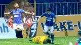 Đạp vào đầu cầu thủ Nam Định, tiền vệ Quảng Ninh bị cấm thi đấu