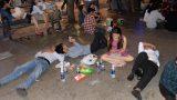 """Hình ảnh """"nhìn thôi đã mệt"""": Thanh niên say bét nhè nằm lăn ra giữa phố, trẻ con đi theo bố mẹ vạ vật chờ giao thừa"""