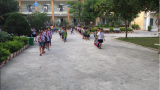 """Không chỉ phụ huynh, học sinh Nam Định tan trường cũng tự giác xếp hàng đi ra khiến ai nấy xuýt xoa: """"Cần nhân rộng"""""""