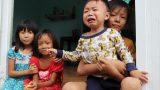 """Chồng tâm thần, người mẹ ôm 4 đứa con nhem nhuốc trong căn nhà tốc mái sau bão số 9: """"Nhà mất rồi, mấy đứa nhỏ biết ngủ ở đâu"""""""