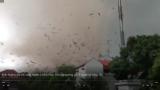 Clip: Kinh hoàng khoảnh khắc lốc xoáy ở Vĩnh Phúc kéo sập xưởng gỗ, 3 người tử vong và khoảng 20 người bị thương