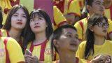 Dàn hot girl xinh đẹp đội mưa cổ vũ Nam Định trong ngày đối đầu 'Chelsea Việt Nam'