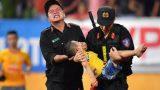 Dân mạng ngợi ca cảnh sát Nam Định nén đau cho CĐV nhí cắn tay để giữ tính mạng