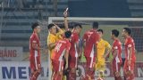 Tức giận với trọng tài, CĐV Nam Định trút giận lên cầu thủ đội khách