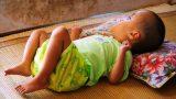 Xót xa bé gái 3 tuổi mắc bệnh não úng thủy nằm chờ chết ở nhà tình thương