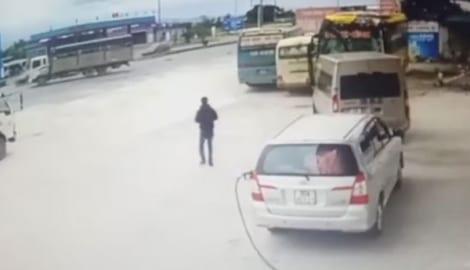 Tránh ô tô tải sang đường, xe khách tuyến Nam Định-Lào Cai lao thẳng vào quán cơm