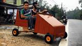 Nam sinh lớp 9 chế tạo ô tô điện từ gỗ và phế liệu để chở các em nhỏ đi học