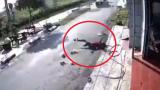 Clip: Ô tô lao như bay, tông văng người phụ nữ đang quay đầu xe