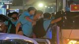 """Văn Toàn không thể tự đi, phải nhờ đồng đội cõng lên xe sau màn """"đấu võ"""" của ĐT Indonesia"""