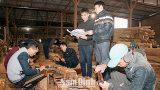 Những người giữ hồn nhà gỗ truyền thống