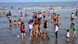 Hơn 10.000 người đổ về Quất Lâm tắm biển dịp nghỉ lễ 30/4