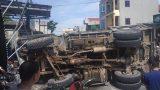 Nam Định: Xe tải lật ngửa đè lên người đi đường, 2 vợ chồng nguy kịch