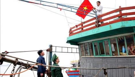 Tặng cờ Tổ quốc, ảnh Bác Hồ và phᴀᴏ ᴄứᴜ sinh cho ngư dân Nam Định
