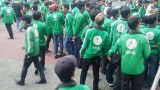 Hàng trăm tài xế GrabBike tắt ứng dụng, kéo đến trụ sở công ty để phản đối việc tăng chiết khấu