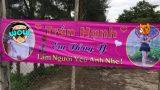 Chàng trai Nam Định mang băng rôn in hình bạn gái, biểu ngữ đến cổng nhà bạn gái để tỏ tình