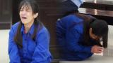 """Nữ bị cáo bạo hành con gái 3 tuổi đến tử vong quỳ gối, gào khóc xin lỗi mẹ đẻ và bố mẹ chồng: """"Bị cáo chưa bao giờ thôi dằn vặt với bản thân mình"""""""