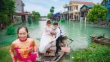 Màn rước dâu đặc biệt mùa mưa lũ của cặp đôi 9X Nam Định gây sốt