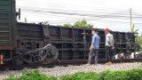 Tàu trật bánh lật toa xe ở Nam Định, đường sắt Bắc-Nam tê liệt