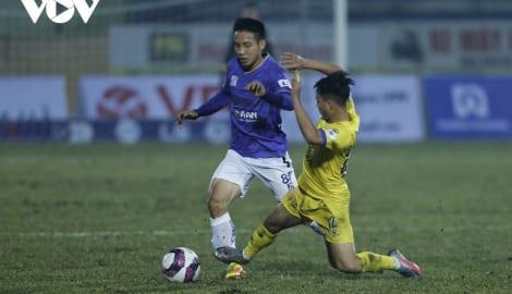 Cầu thủ Nam Định khiến Quả bóng Vàng Việt Nam chấn thương nặng nhận án treo giò