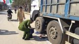 Kẹt giữa hai bánh xe tải, một cụ bà tử vong
