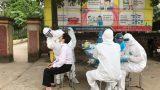 Lấy mẫu xét nghiệm cho hơn 1.860 người dân thôn Liễu Trì (huyện Mê Linh)