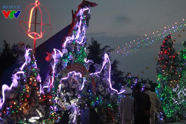 Hang đá - nơi chúa Giê-su ra đời là biểu tượng không thể thiếu của bà con giáo dân mỗi dịp Giáng sinh.