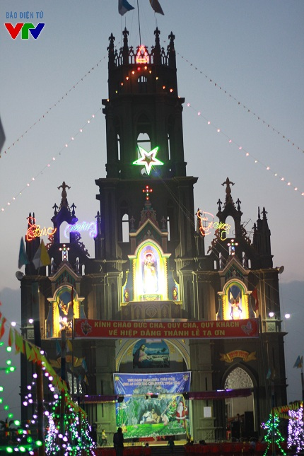 Những nhà thờ lớn đều được trang hoàng lộng lẫy, cầu kì, làm nơi vui chơi, tụ họp cho người dân vào đêm Giáng sinh.