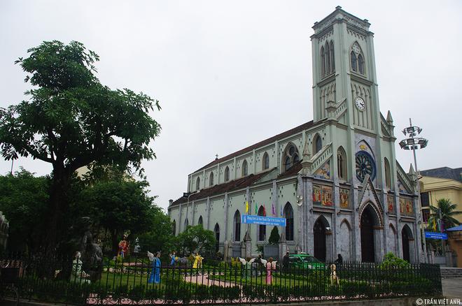 7. Nhà thờ lớn Nam Định Nằm ở ngay trung tâm thành phố Nam Định, nhà thờ thiết kế đơn giản nhưng vẫn toát lên vẻ trang nghiêm, trầm mặc.