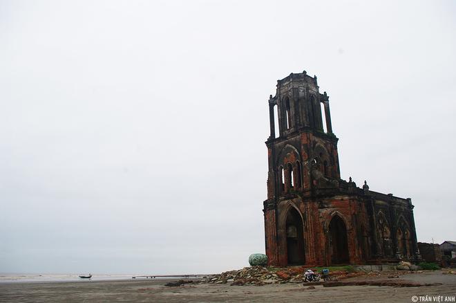 11. Nhà thờ đổ Hải Lý Dù đã bị phá hủy, nhà thờ đổ ở bờ biển xã Hải Lý vẫn là một trong những điểm đến yêu thích của khách du lịch gần xa.
