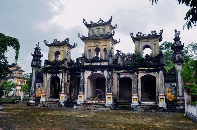 Nơi đây có đền Vạn Cổ Hương và chùa Phổ Quang tự. Đền chùa này đã hợp thành một quần thể kiến trúc của làng Cổ Chất được Bộ Văn hóa cấp bằng di tích lịch sử - văn hóa đền chùa Cổ Chất.