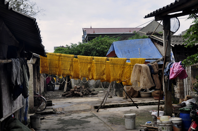 Khắp mọi nơi trong làng, bạn sẽ dễ dàng bắt gặp hình ảnh những người phụ nữ miệt mài luộc kén, kéo tơ trong các xưởng tại gia, những bó tơ vàng óng nằm phơi mình dưới nắng...
