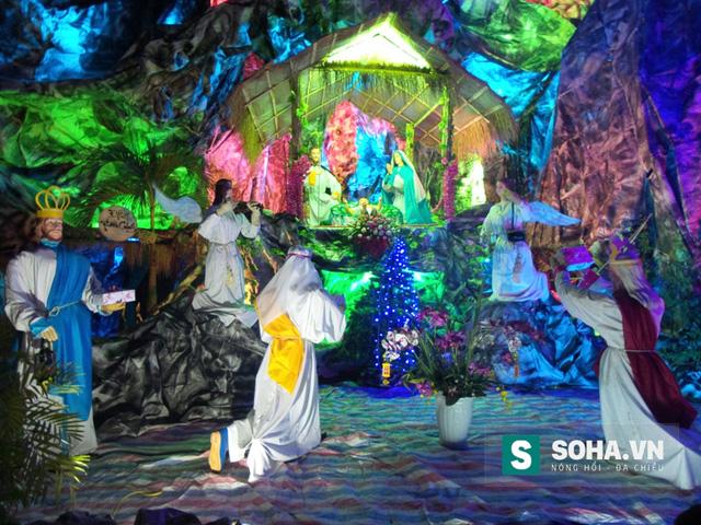 Không chỉ có hang đá, khuôn viên trước cửa hàng còn được trang trí thêm các thiên thần và các thánh.