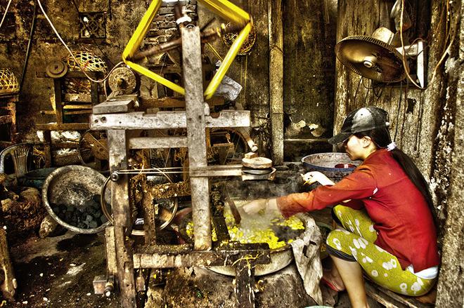 Khắp mọi nơi trong làng, bạn sẽ dễ dàng bắt gặp hình ảnh những người phụ nữ miệt mài luộc kén, kéo tơ trong các xưởng tại gia.