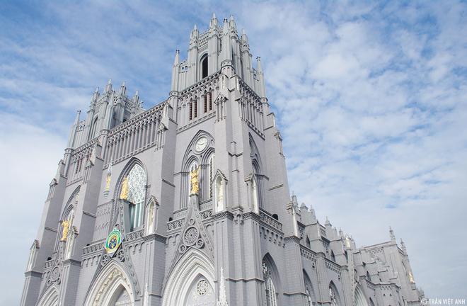 3. Tiểu vương cung thánh đường Phú Nhai Nhà thờ Phú Nhai từng trải qua 5 lần xây dựng. Lần đầu vào khoảng thế kỷ 18 và gần đây nhất là năm 1933. Hiện tại, công trình này dài 80 m, rộng 27 m, cao 30 m, hai tòa tháp cao 44 m.