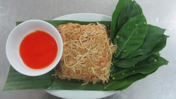Nguyên liệu của nem Phùng chỉ đơn giản là thịt nạc, bì lợn, gạo tẻ, gạo nếp ăn kèm với lá sung.
