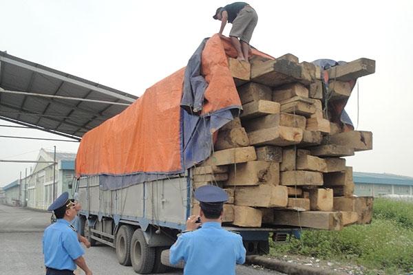 Các xe quá khổ, quá tải được yêu cầu về bãi để san hạ tải trước khi tiếp tục tham gia giao thông