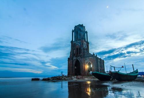 Nhà thờ đổ mang vẻ hoang sơ, cổ kính.