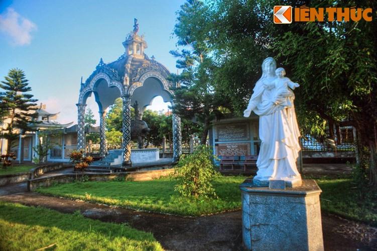 Vườn kinh Ave Maria là một công viên chủ đề độc đáo nằm trong khuôn viên nhà thờ chính tòa Bùi Chu (xã Xuân Ngọc, huyện Xuân Trường, tỉnh Nam Định).