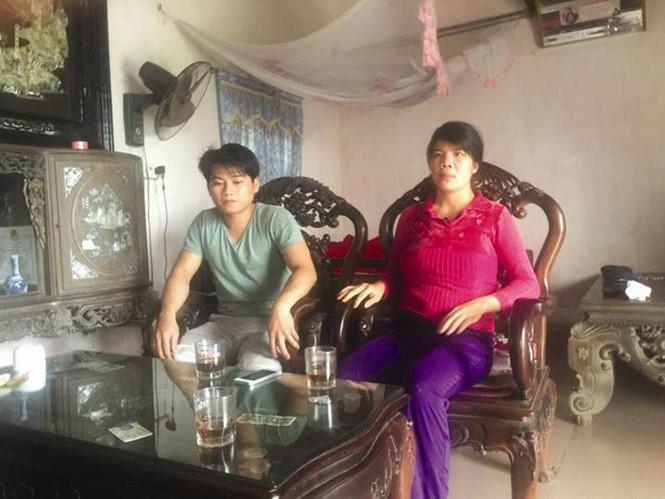 Vợ chồng anh Nguyễn Văn Phi- Vũ Thị Hiền kể lại diễn biến tử vong của cháu bé - Ảnh: Văn Đông