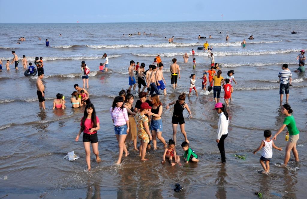 Và dưới biển, mọi người thích thú đắm mình trong dòng nước tự nhiên.