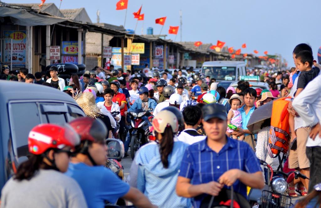 Khu vực phía trên bờ đê, giao thông di chuyển khó khăn do dòng người đông đúc.