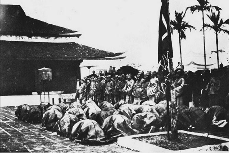 Các tân khoa đến bái tạ tại Vọng Cung ở Nam Định.