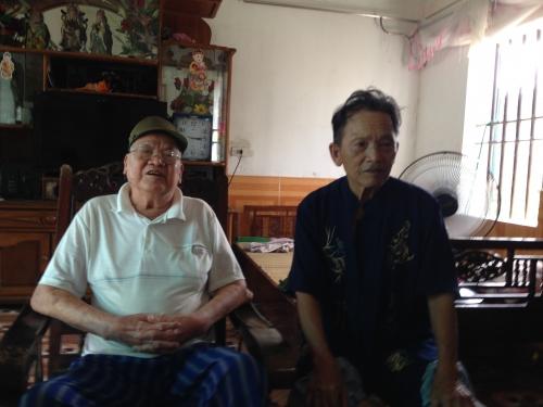 Ông Trần Văn Thống và ông Bùi Văn Mô trao đổi với PV về việc phát hiện ra vụ việc