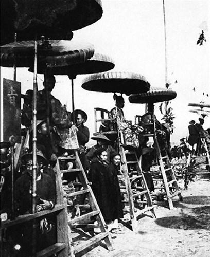 Khi cuộc thi bắt đầu, các quan chủ khảo sẽ ngồi trên một chiếc ghế cao được che lọng để giám sát các sĩ tử làm bài.