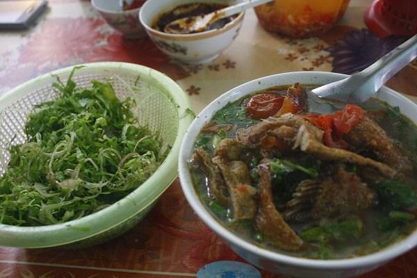 Rau sống ăn kèm làm tăng thêm hương vị cho món ăn