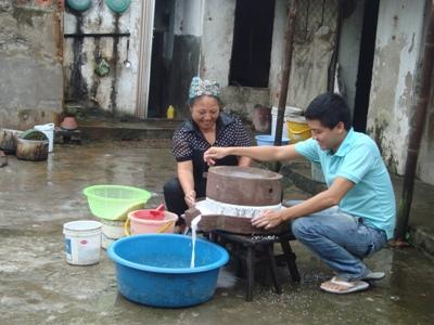Công đoạn xay bột cổ truyền của người làng Kênh