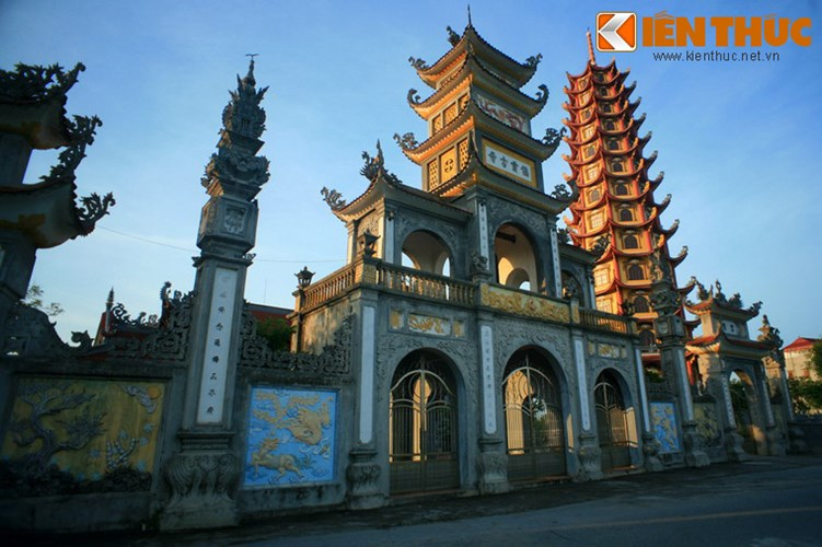 Khánh thành tháng 12/2013, Bảo tháp Hòa Bình là công trình mang tính điểm nhấn của chùa Tiên Hương.